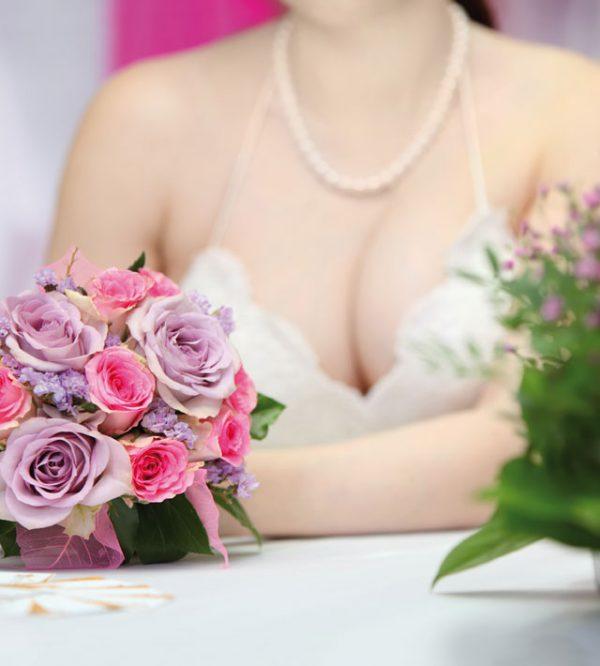 Una sposa seducente grazie ad un abito da sposa scollato al punto giusto