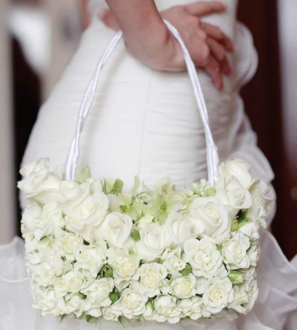 Nel giorno del matrimonio, la borsa della sposa deve contenere solo l'essenziale
