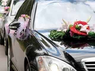 Decorare con effetto ed eleganza l'auto degli sposi e tutto il corteo a seguire