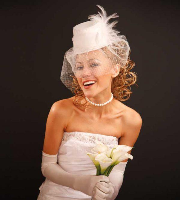 Un cappello per una sposa sofisticata che si fa notare