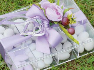 Tante scatoline colorate e confetti diventano un gioiello prezioso, regalando unicità alle bomboniere