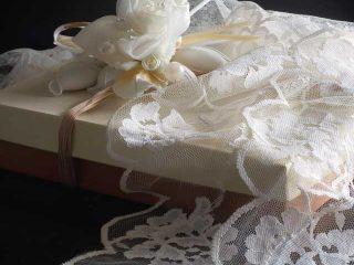 Partecipazioni e bomboniere di nozze in completo stile vintage, all'insegna della tradizione