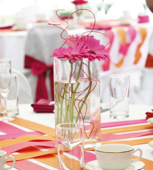 Un allestimento della tavola insolito per un ricevimento allegro e colorato