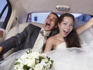 Noi due, il giorno delle nozze, in Limousine e... tante foto insieme all'auto degli sposi