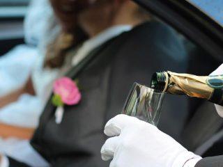 Un brindisi in macchina per celebrare le nozze appena avvenute: si può, nell'auto degli sposi