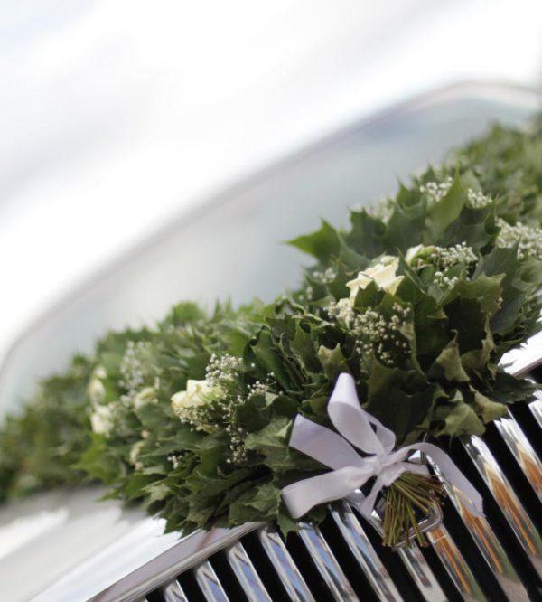 Grazie ai fiori del matrimonio si può dare un tocco romantico, anche al cofano di una fuoriserie