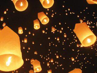 Mille lanterne volano alte nel cielo per salutare gioiosamente la nuova coppia appena nata