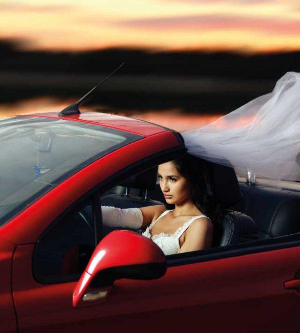 Il giorno del vostro matrimonio su una bella auto per gli sposi sportiva