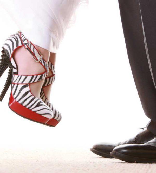 Per quanto riguarda la scelta delle scarpe, la sposa può e deve osare... lo sposo invece no!