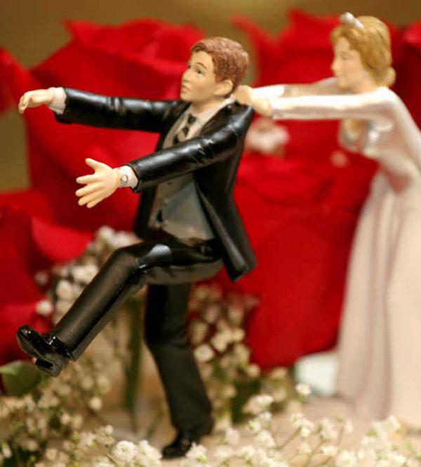 Wedding cake toppers: una tendenza, una moda e un gioco che impreziosirà in modo unico la vostra torta nuziale