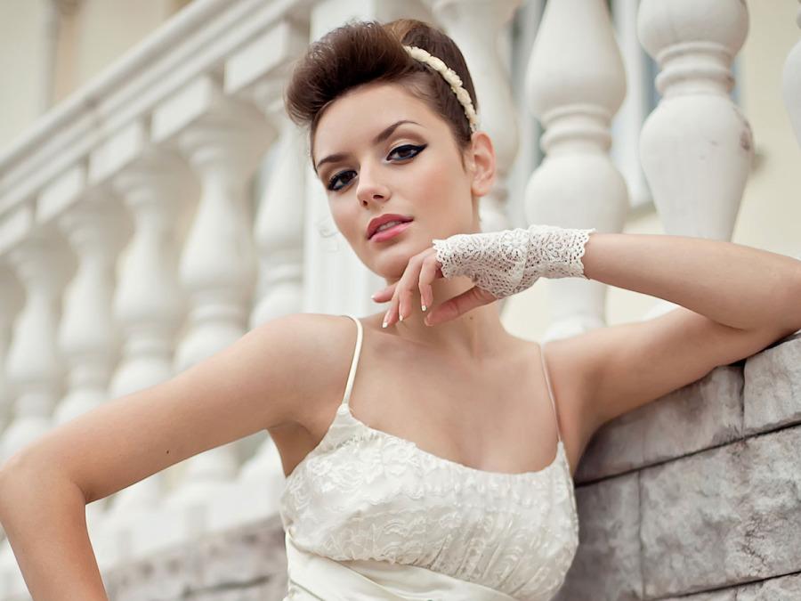 Spacchi e scollature: l'abito da sposa può anche essere sensuale