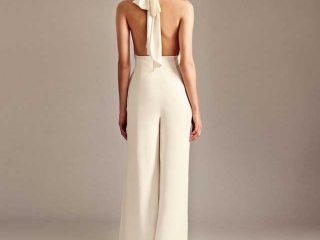 Un differente ed elegante abito da sposa tutto femminile anche con giacca e pantalone lungo