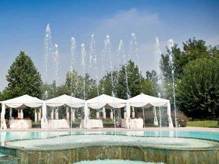 Un ricevimento di nozze ambientato a bordo piscina: un'idea elegante e divertente