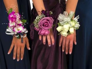 Ghirlande, diademi e boutonnieres: fiori per il matrimonio anche da indossare