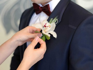 """Lo sposo e i suoi """"preziosi"""" accessori"""