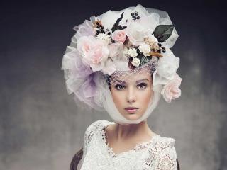 Incedere verso l'altare con uno scenografico cappello da sposa