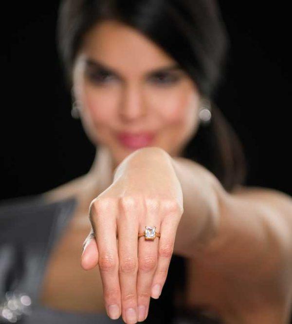 Il solitario: un diamante simbolo del vostro amore che rimane per sempre