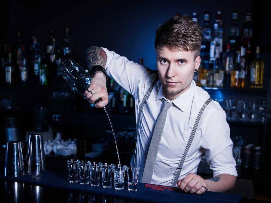 Un catering speciale con open bar per il tuo matrimonio? Non un semplice barista ma... un funambolo!