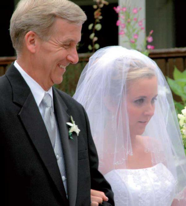 7c67d8a1b45b Quali sono gli accessori dell abito da cerimonia per il papà della sposa   Il padre della sposa è un ...