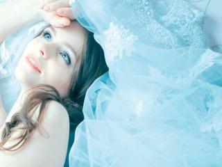 Abiti da sposa azzurri… un tocco di magia
