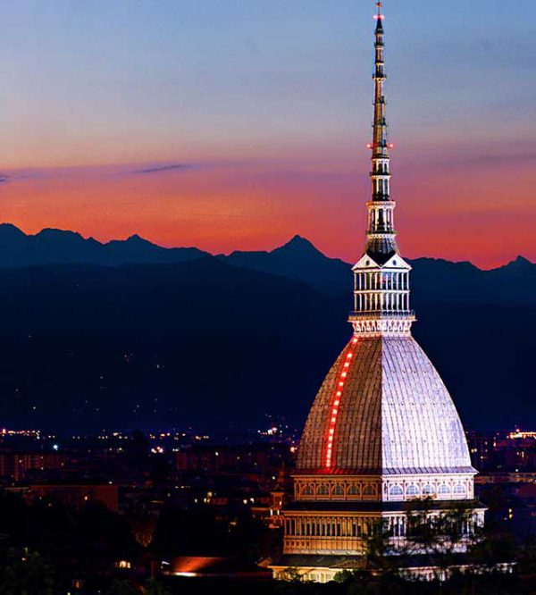 Il centro di Torino, un set per le foto serali di un matrimonio suggestivo