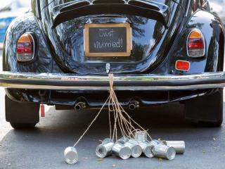 Barattoli e cuoricini per addobbare l'auto da cerimonia degli sposi