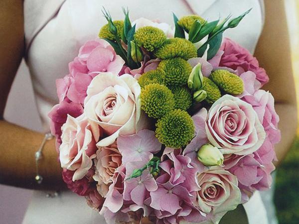 Allestimento floreale per la chiesa a un prezzo davvero vantaggioso da Fantasie Floreali