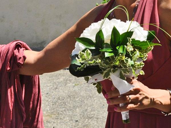 In omaggio il bouquet da lancio per le spose che prenotano gli allestimenti floreali da Steli e Stili