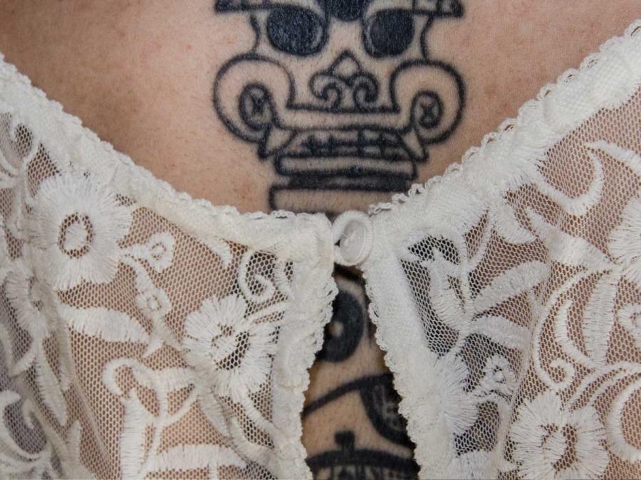Abito da sposa, tatuaggio e piercing: a Bologna piace anche così