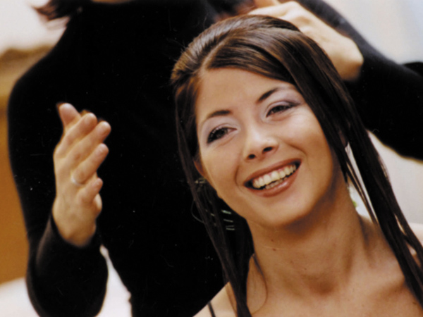 Alle spose sconto 10% sui servizi e sconto 15% per i familiari il giorno del matrimonio da Marilena Equipe
