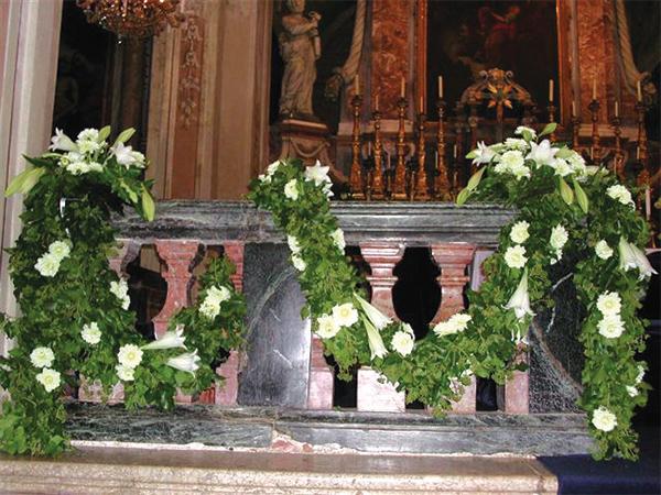 In omaggio allestimento floreale per l'auto agli sposi che prenotano gli addobbi presso Marino Fiori