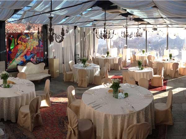 Il ristorante Antico Borgo Monchiero propone menù feriali da 70 Euro e menù fuori stagione da 80 Euro