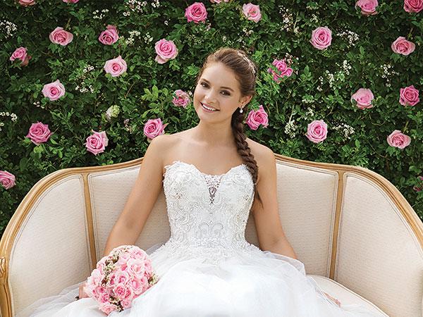In omaggio velo o stola e portafedi con l'acquisto dell'abito o sconto 10% da Stefania e le sue Spose