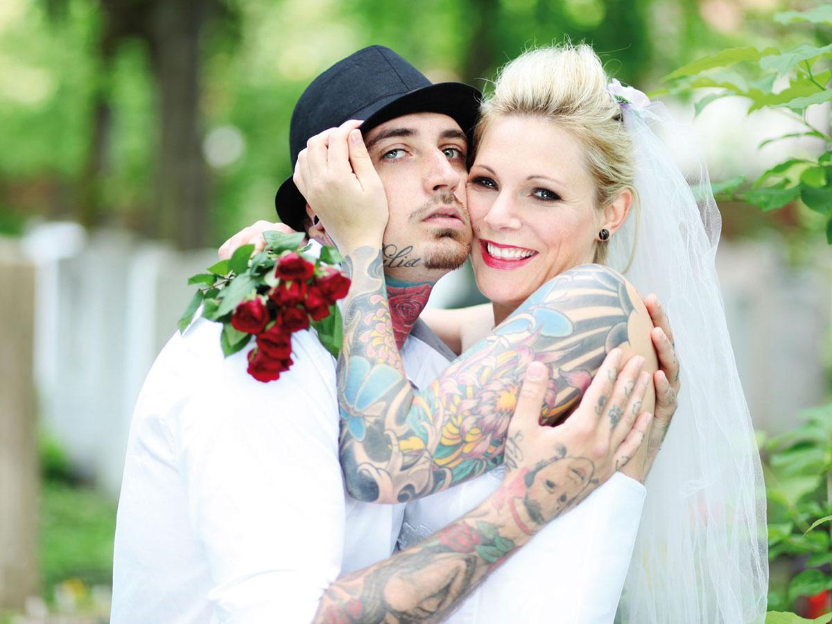 8bff4f3e9c82 Una sposa anticonformista con un abito ispirato allo stile dark ...