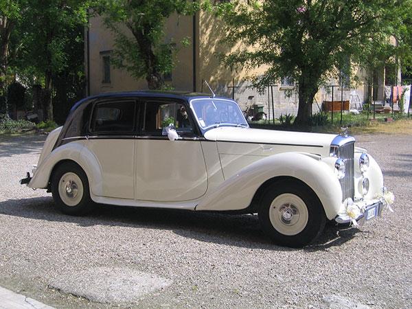 Da Evenz riceverete 50 euro di sconto prenotando l'auto dei vostri sogni per il giorno delle nozze