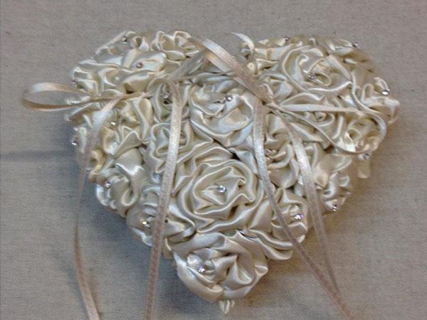 Risi Gioielli vi offre le fedi per le vostre nozze con l'incisione ed il cuscino portafedi in omaggio
