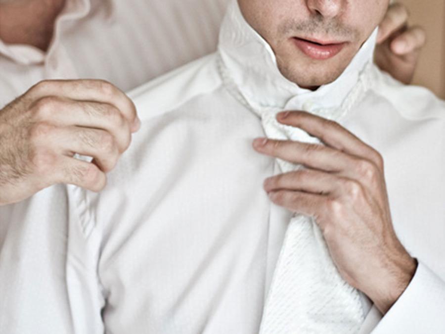 La difficile scelta della perfetta camicia per l\'abito dello sposo