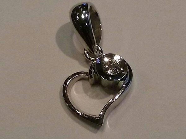 Acquistando le fedi nuziali da Sorite Gioielli riceverete in omaggio un ciondolo a forma di cuore