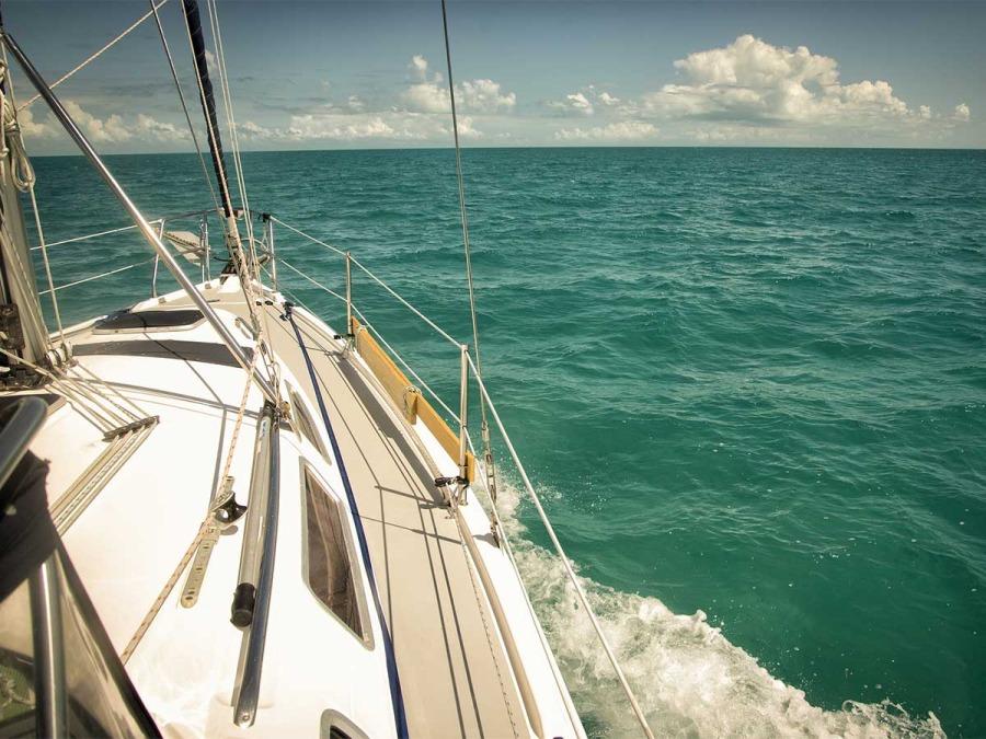 Arriva il viaggio di nozze in barca a vela per gli sposi più impavidi