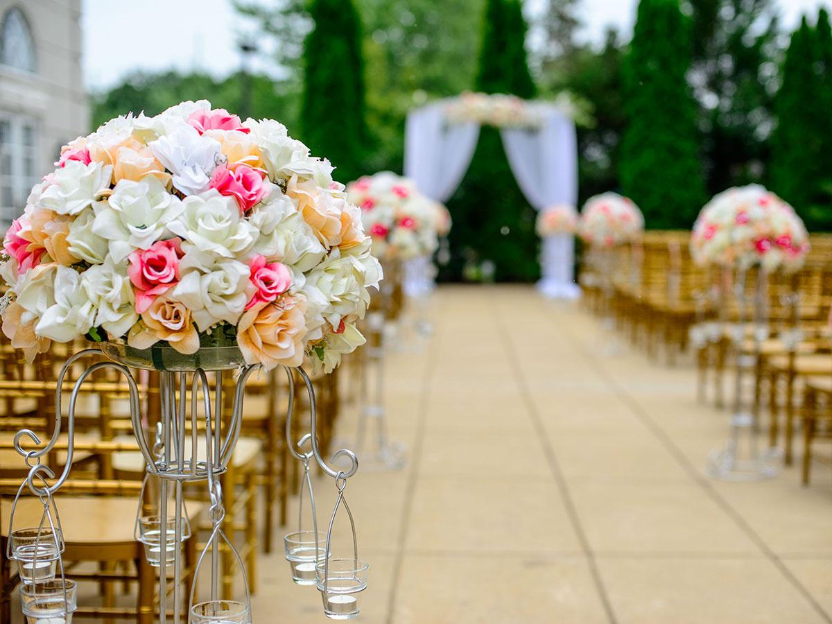 La preparazione della cerimonia e del ricevimento di nozze nella stessa location