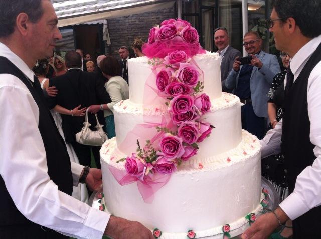 Il ristorante Parco le Pigne regala ai promessi sposi la torta americana per il banchetto di nozze