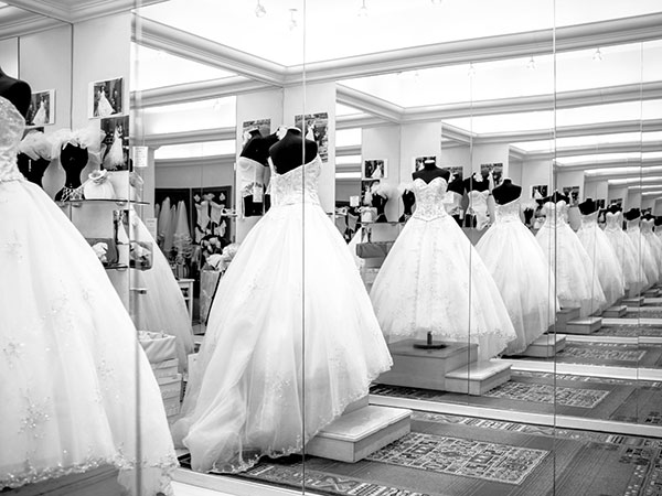 La domenica, l'atelier Rosamilia sconta del cospicuo 10% gli abiti da sposa, sposo o cerimonia
