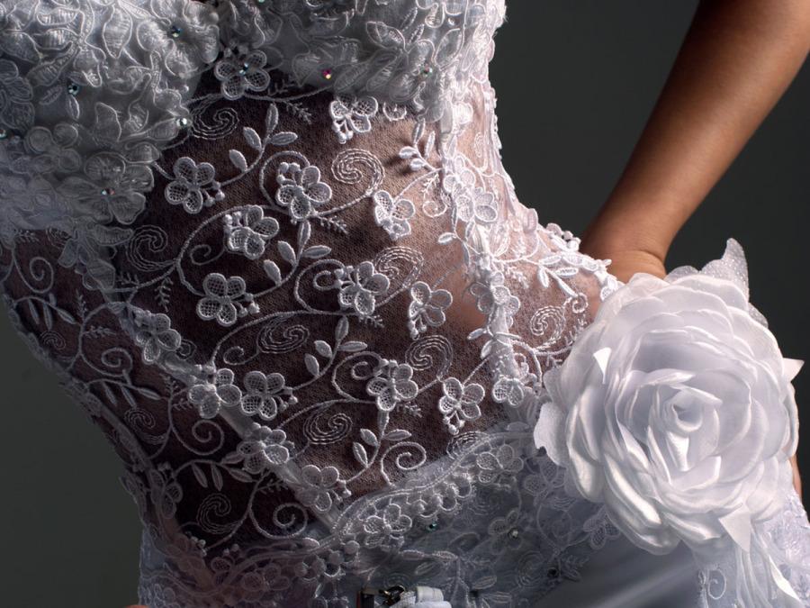Tradizione e tecnologia si sposano nel prezioso ricamo dell abito da sposa ce7ee62702d