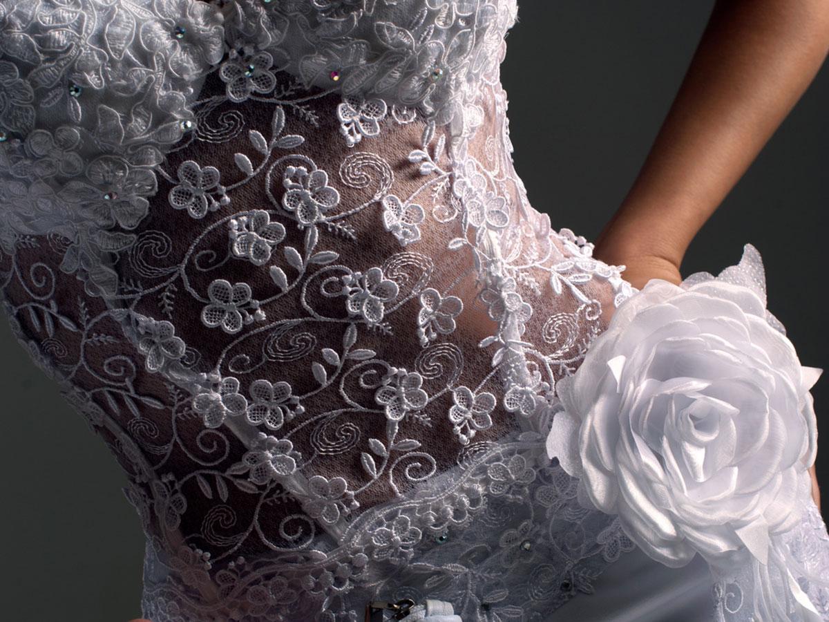 Tradizione e tecnologia si sposano nel prezioso ricamo dell'abito da sposa
