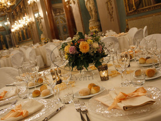 Il bouquet è omaggio commissionando il servizio e gli allestimenti floreali ad Aliante Catering
