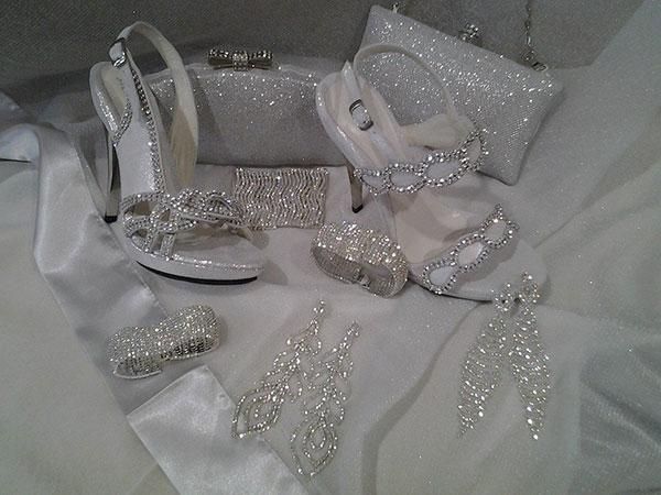 Con l'acquisto delle scarpe da Elisa Baciocchi, riceverete in omaggio un accessorio per la sposa