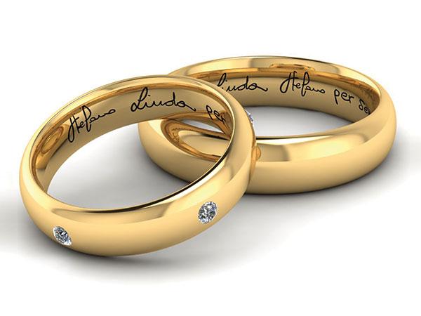 Diecicento Jewels vi regala l'incisione delle vostra firma sulle fedi nuziali e deliziosi omaggi