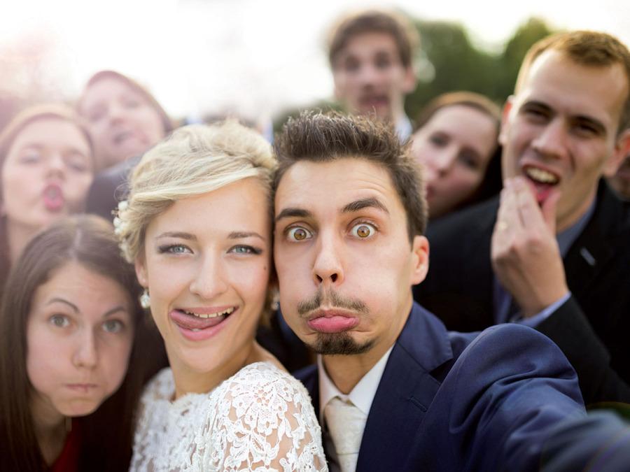 Scatti insoliti e dinamici abbinati a foto in posa: ecco l'album di nozze creativo