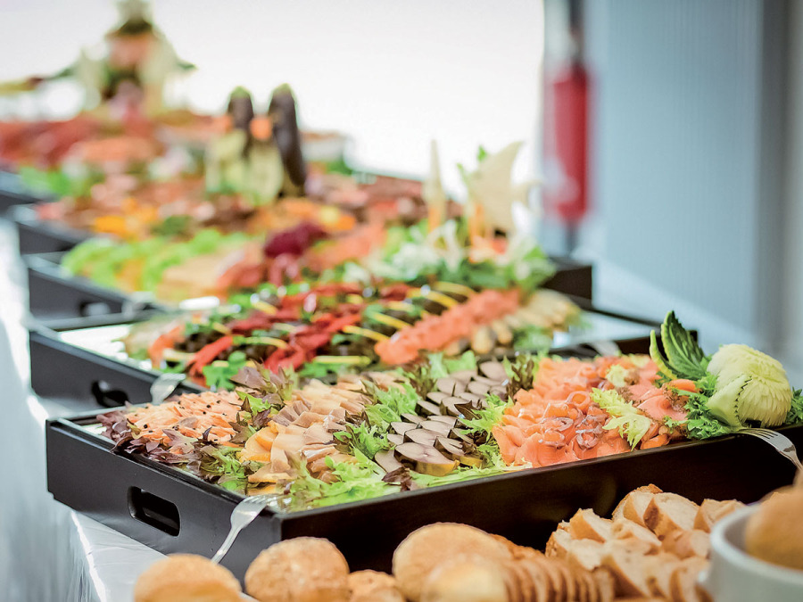 Come deve essere un bel buffet per il ricevimento di nozze? Colorato e... con tanti amici!