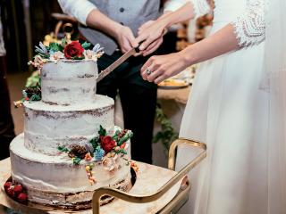 """Wedding """"naked cake"""": la torta di nozze che si è messa a nudo"""